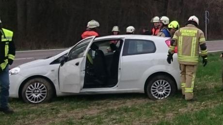 Auf einem Acker an der Staatsstraße nahe dem Weiler Königsbrunn hat sich eine 58-Jährige mit ihrem Auto mehrmals überschlagen. Die Freiwillige Feuerwehr Münster war im Einsatz.