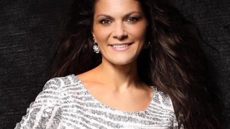 """Schlagersängerin Ramona Martiness aus Buchdorf will es noch einmal wissen: Mit """"Sturmfrei"""" ist sie erstmals in den Charts."""