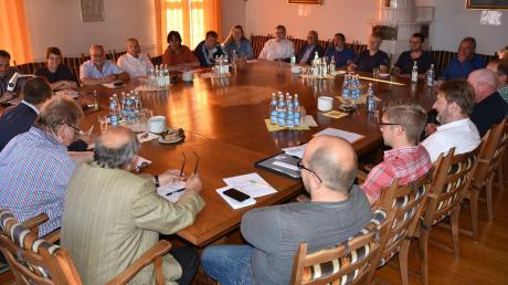 Der Stadtrat von Wemding und der Gemeinderat von Polsingen haben sich zu einer gemeinsamen Sitzung getroffen. In dieser sprachen die Politiker über mehrere Themen, welche die beiden Kommunen näher zusammenbringen könnten.