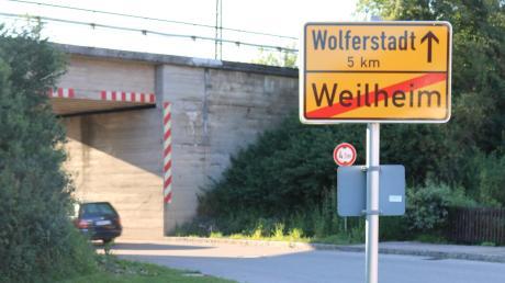 An der Bahnunterführung, die in Richtung Wolferstadt führt, passt nur ein Auto durch. Während der Bauarbeiten wird hier eine Ampel eingerichtet.