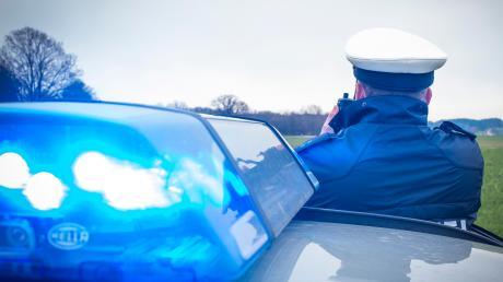 """""""Allergrößtes Glück"""" hatte laut Polizei Dachau ein 69-jähriger Autofahrer am Dienstag im Gemeindebereich Erdweg. Auf sein Auto waren zwei große Buchen gestürzt."""