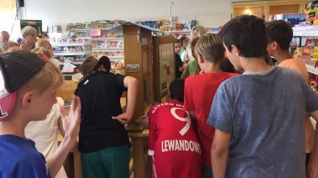 Schüler informierten sich im Dorfladen in Oberndorf über die Imkerei. Honig aus der Region ist auch andernorts im Angebot.