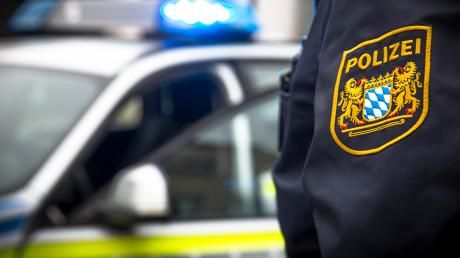 Die Polizei war nahe Wemding im Einsatz, wo ein Motorradfahrer mit einem Traktor zusammengestoßen war.