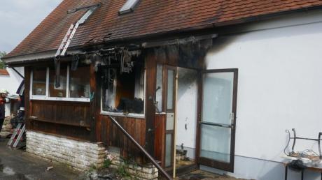 Nachdem der Eingangsbereich eines Hauses in Auchsesheim Feuer gefangen hatte, griffen die Nachbarn beherzt ein.