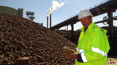 Martin Heidrich ist Rohstoffmanager bei Südzucker und nimmt hier die angelieferten Rüben in Augenschein. Seit Kurzem läuft die Kampagne.
