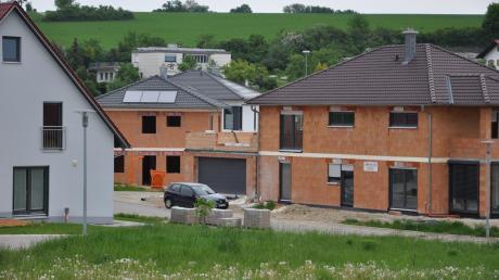 Damit sich einheimische Familien einen Bauplatz und ein Eigenheim leisten können, führt die Gemeinde Adelzhausen ein Baulandmodell ein.