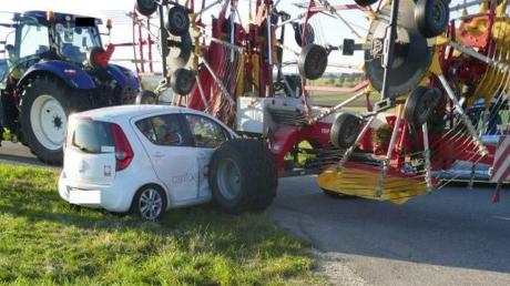 Bei einem Überholmanöver auf der Kreisstraße zwischen Tagmersheim und Rögling ist dieses Auto in einen Schwader geraten, der an einem Traktor hing.