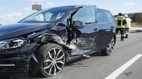 Bei Fünfstetten sind zwei Autos zusammengestoßen. Vier Personen erlitten Verletzungen.