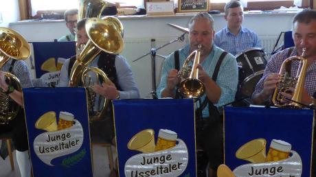 """Den musikalischen """"Hoagart"""" beim Kirchweihfest im Musikheim Daiting bereicherten die jungen Usseltaler mit traditioneller Blasmusik."""