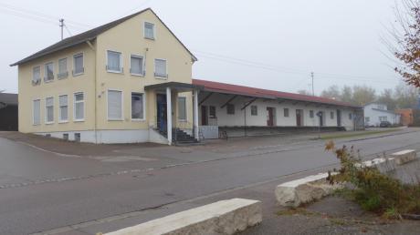 Früher war hier die Raiffeisenbank in Holzheim, jetzt gehört die Immobilie der Gemeinde. Dort könnte ein Bürger- und Kulturzentrum entstehen.