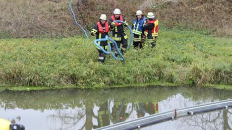 In der Ussel bei Daiting verlegten die Einsatzkräfte eine Ölsperre. Dies war eine der Aufgaben bei der Katastrophenschutzübung.