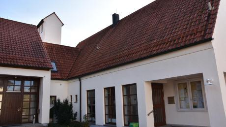 Auf dem Schlauchturm (im Hintergrund) der Feuerwehr am Gemeindezentrum soll der Handymast installiert werden. Das hat der Gemeinderat in Rögling beschlossen. Der Mast wird wohl sechs bis acht Meter hoch.