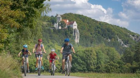 """Der Altmühltal-Radweg, einst der erste Fernradwanderweg in Südbayern, wird 2019 bereits 40 Jahre alt. Der Geburtstag der Radroute wird ins Jubiläum """"50 Jahre Verein Naturpark Altmühltal"""" eingebunden. Hier der Weg bei der Burg Prunn."""