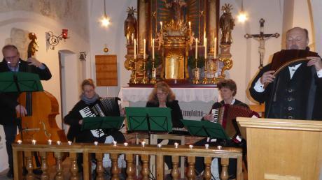 """Jürgen Lechner (rechts) übersetzte """"A Christmas Carol"""" ins Boarische. Die musikalischen Beiträge lieferte er mit Panflöte sowie die Burgheimer Zwoaring-Musi mit (von links) Johannes Hieber, Elfriede Marb, Elisabeth Zach und Irmgard Weigl."""