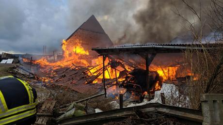 Lichterloh brannte am Montagnachmittag dieses Anwesen im Weiler Lohof. Die Feuerwehr konnte nur noch verhindern, dass die Flammen auf ein benachbartes Haus übergreifen.