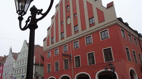 Momentan steht das Tanzhaus in der Donauwörther Reichstraße ziemlich verwaist da. Nachdem die Verhandlungen mit dem Investor Müller letzten Endes gescheitert sind, wird das Gebäude weiterhin im Besitz der Stadt bleiben. Das beschloss der Stadtrat einstimmig.