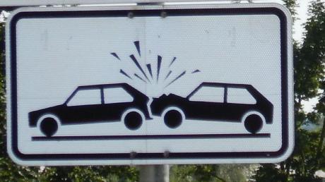 Eine Autofahrerin hat auf der B16 vor Donaumünster/Erlingshofen einen größeren Auffahrunfall verursacht.