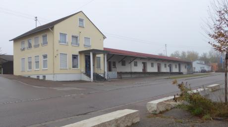 Das Gebäude der Raiffeisenbank in Holzheim hat die Gemeinde 2014 erworben. Es soll jetzt abgerissen werden und einem Bürger- und Kulturzentrum weichen. Dazu soll jetzt eine Machbarkeitsstudie in Auftrag gegeben werden.