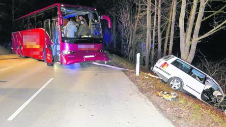 Nach dem Zusammenstoß mit einem Bus prallte ein 20 Jahre alter Autofahrer gegen einen Baum.