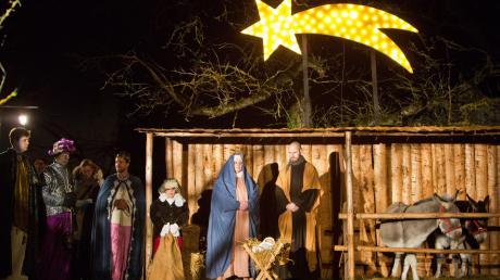 Das Krippenspiel in Auchsesheim mit der Heiligen Familie im Stall begeistert alljährlich die Besucher.