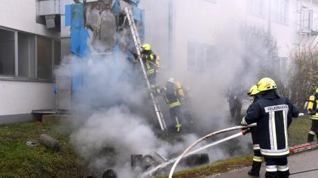 Eine brennende Filteranlage hat beim Maschinenbauer Grenzebach für einen Großeinsatz an Einsatzkräften gesorgt. Es wurde niemand verletzt. Bereits am Montag ist bei einem Brand im Entwicklungszentrum von Airbus Helicopters ein Millionenschaden entstanden.