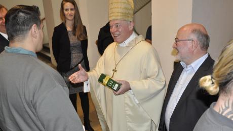 Weihbischof Anton Losinger bei seinem Weihnachtsbesuch in der JVA Kaisheim. Nach dem Gottesdienst beschenkte er gemeinsam mit Anstaltsseelsorger Michael Hummel die Häftlinge.