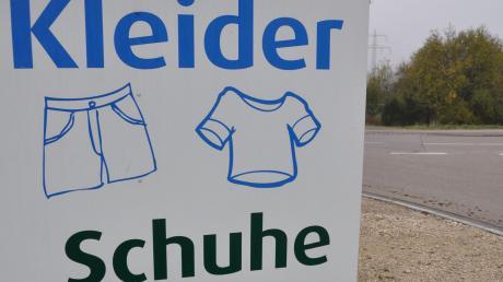 Ein Mann hat in Altenstadt einen Altkleidercontainer durchwühlt.