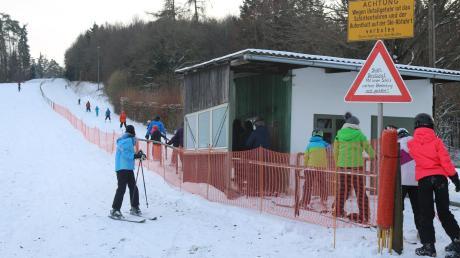 Auch wenn der Schnee immer nasser wurde: Am Wochenende zog es viele Skifahrer und Rodler an den Skilift nach Übersfeld.