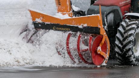 Beim Schneeräumen isteinem Fahrer im Holzheimer Ortsteil Stadel ein Missgeschick passiert.