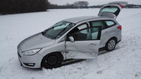 Erheblich beschädigt wurde dieses Auto bei einem Glätteunfall auf der Donautalstraße östlich von Marxheim.