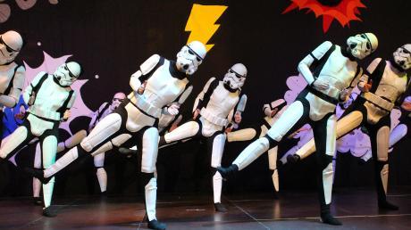 """So kamen aus einer fremden Galaxie nach Holzheim: Die Mitglieder der Gruppe Bahati marschierte in Stormtrooper-Kostümen aus """"Star Wars"""" auf die Bühne."""