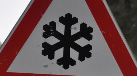 Auf schneebedeckter Fahrbahn ist nahe Gosheim ein junger Autofahrer verunglückt. Er stieß mit einem anderen Wagen zusammen.