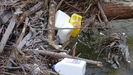 Die Polizei hat im Griesbach bei Graisbach mehrere Kanister entdeckt, die teilweise mit Gefahr- beziehungsweise Giftstoffen gefüllt waren.