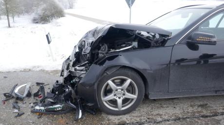 Auf der Straße zwischen Wemding und Polsingen hat sich ein Unfall ereignet. Dieses Auto wurde schwer beschädigt.