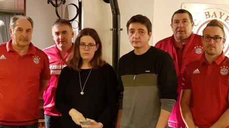 Spendenübergabe: Die Verantwortlichen der Red Wood Cats und die Eltern von Barbara.