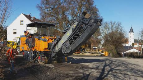 Der Ausbau der Ortsdurchfahrt Huisheim geht weiter. Hier wird gerade der Asphalt abgefräst.