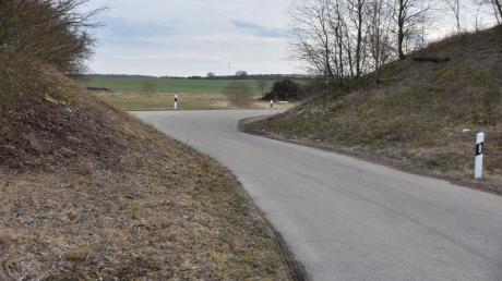 Diese Kurve an der Engstelle der Straße zwischen Fünfstetten-Bahnhof und Nußbühl soll begradigt werden. Das fordern Bürger aus dem Ortsteil.