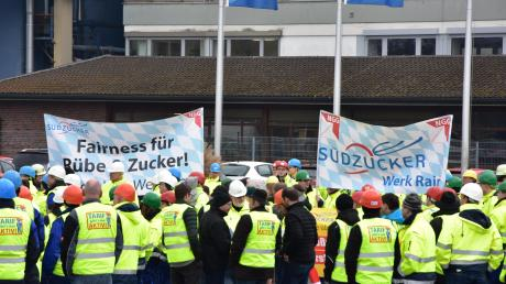 Vor dem Südzuckerwerk in Rain demonstrierten am Frteitag rund 300 Personen. Hintergrund ist, dass das Unternehmen zwei Standorte in Norddeutschland schließen will.