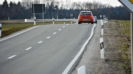 Die Staatsstraße Monheim – Wemding soll im Bereich der Gemeinde Fünfstetten (im Bild) neu ausgebaut werden. Die Fahrbahn soll breiter werden und parallel zur Fahrbahn zudem noch ein Radweg verlaufen. Dafür werden aber einige Flächen benötigt.