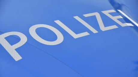 Die Polizei bittet nach einer Unfallflucht auf der B2 bei Buchdorf um Hinweise.