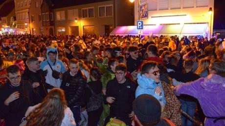 Beim Weiberfasching tummelten sich laut Polizei schätzungsweise 3500 Menschen in der Hauptstraße in Rain.