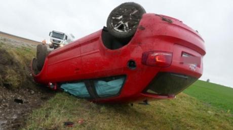 Auf dem Dach landete dieses Auto neben der Straße zwischen Flotzheim und Fünfstetten. Die Fahrerin kam mit leichten Verletzungen davon.