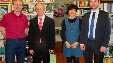Spenden für die Bücherei: (von links) Bürgermeister Werner Siebert, Manfred Wiedemann (Sparkasse), Leiterin Christine Dippner und Michael Häußler (Raiffeisen-Volksbank).