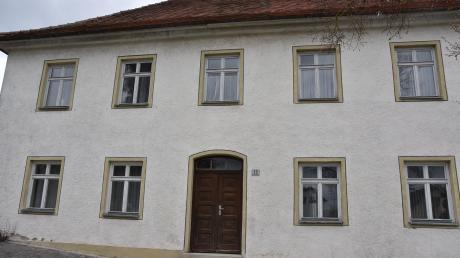 Das alte Schulhaus in Wolferstadt steht derzeit leer. Die Gemeinde überlegt, wie das Gebäude künftig genutzt werden soll.