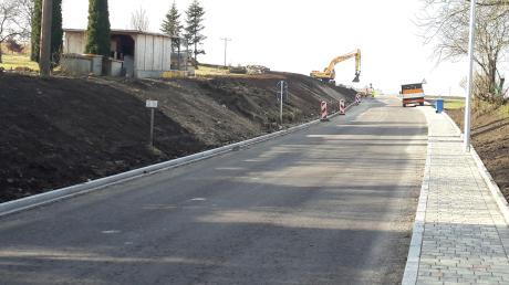 Die Staatsstraße südlich von Huisheim wird von Freitag an auf einer Länge von rund 400 Metern neu asphaltiert. Deshalb ist der Ort von Harburg her für einige Wochen nicht mehr erreichbar. Es wird auch eine Böschung abgeflacht.