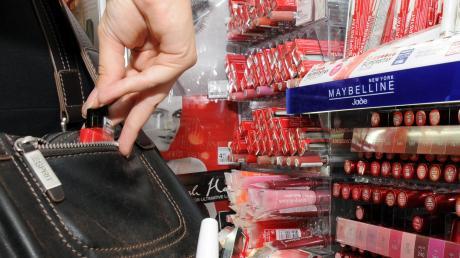 Ein Paar, das in Vöhringen Waren in einem Drogeriemarkt gestohlen hatte, wurde von der Polizei gestellt.