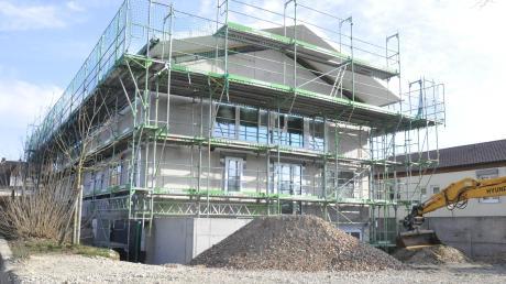 Der Erweiterungsbau der Kindertagesstätte in Buchdorf kostet deutlich mehr als ursprünglich angenommen. Dies liegt laut Bürgermeister Georg Vellinger an den allgemein gestiegenen Baukosten.
