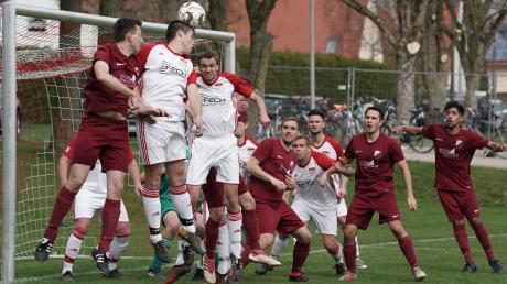 Der SV Wortelstetten (in Weiß) stellte für das Team aus Eggelstetten (in Rot) keine große Hürde dar (4:1). Nun wartet mit dem SV Kicklingen-Fristingen der Tabellenführer auf das Team von Trainer Christian Kühling.