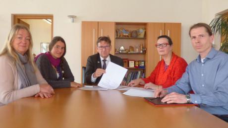 """Bei einem Treffen mit Gegnern des geplanten Schweinestalls versicherte Landrat Stefan Rößle (Mitte), dass der Bauantrag im Landratsamt """"Chefsache"""" sei."""