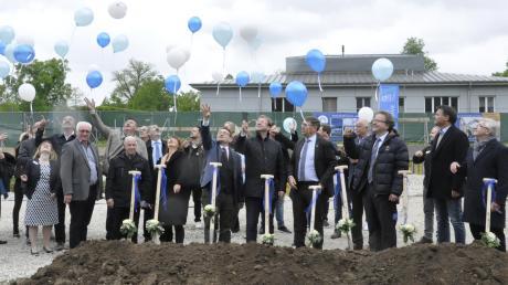 Luftballons am Himmel kündeten vom Spatenstich für den Neubau der Krankenpflegeschule in Donauwörth.